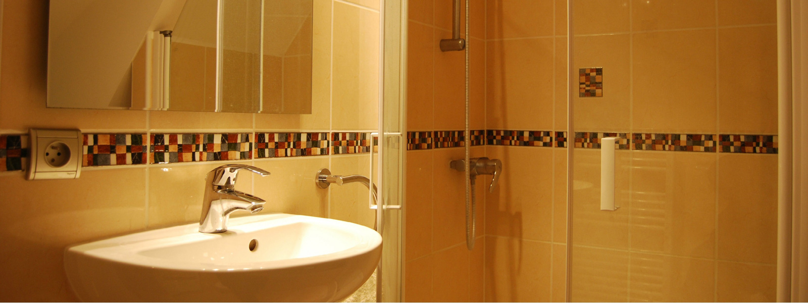https://www.selectcottages.com/sites/default/files/revslider/image/chaumiere-bathroom-sepia.jpg